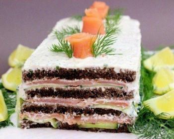 рыбный торт из семги, ржаного хлеба, сливочного сыра и огурцов в разрезе