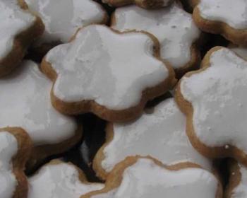сахарные пряники в форме цветов, политые сверху белой глазурью