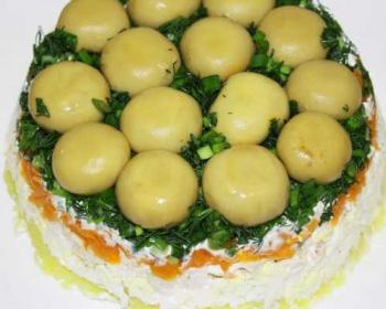 салат грибная поляна с курицей, украшенный целыми шампиньончиками и измельченной зеленью