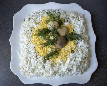 салат Лесная опушка с консервированными шампиньонами