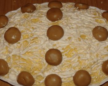 на большом овальном блюде лежит слоеный салат Лесная поляна с шампиньонами