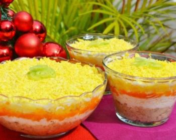 салатницы с праздничным салатом Мимоза