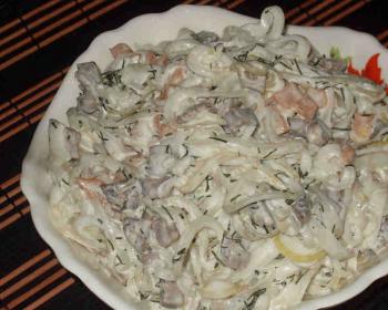в глубокой салатнице лежит салат Мужские слезы с говядиной и репчатым луком, заправленный майонезом