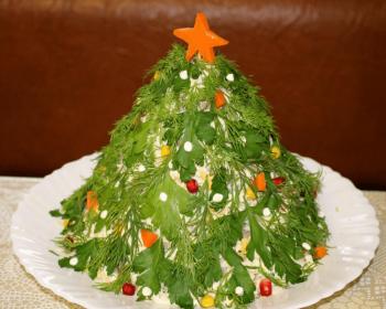 салат новогодняя елка с куриной грудкой, шампиньонами, крабовыми палочками, консервированной кукурузой, украшенный свежей зеленью петрушки и укропа, вверху изделие украшает звездочка из моркови