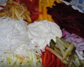 салат Огород из овощей с заправкой из натурального йогурта