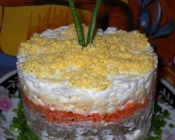 слоеный салат из печени под шубой с морковью, свеклой и яйцами, пропитанный майонезом и украшенный зеленью, на тарелке