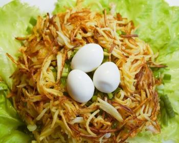 салат перепелиное гнездо из жареной картошки, вареных целых яиц, зеленого лука и листьев салата