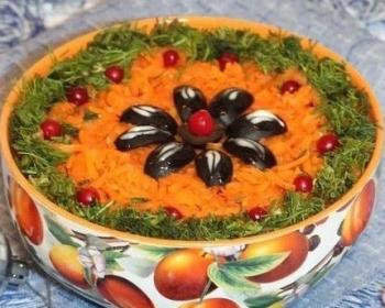 слоеный салат с шампиньонами под шубой с маслинами, укропом и морковью в глубокой тарелке на столе
