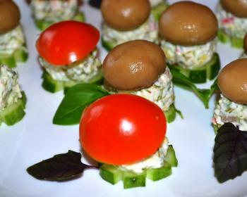 салат с консервированными шампиньонами и помидорами