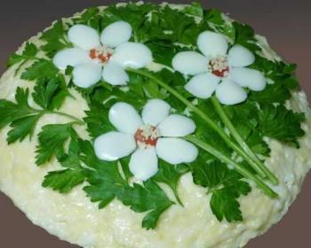 салат с корейской морковью и грибами, украшенный цветами из куриных белков и петрушки