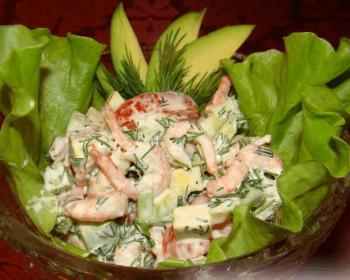 салат их креветок, авокадо, помидоров и зелени с майонезом, украшенный листьями салата, в тарелке на столе, застеленном скатертью