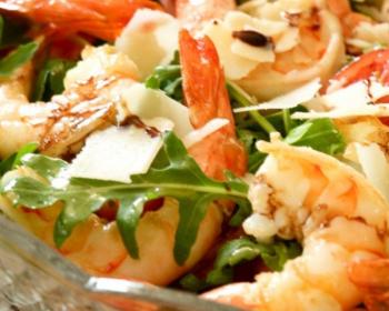 салат с рукколой, креветками и сыром