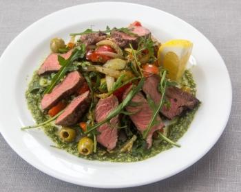 салат из говядины, жаренной картошки и зелени