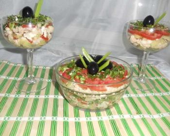 на бамбуковой салфетке стоит прозрачная пиала с салатом Венеция, по бокам стоят бокалы с салатом, сверху каждый салат, украшенный маслинами и перьями зеленого лука