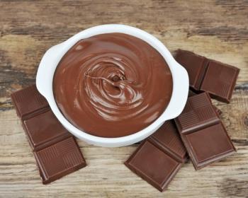 шоколадный крем в тарелке