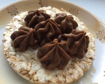 шоколадный крем на круглом печенье в тарелке