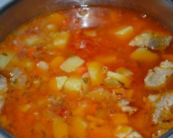 шулюм из картофеля, мяса, зелени и томатной зажарки в кастрюле