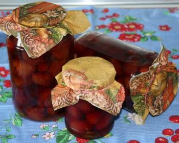три банки слив с чесноком на зиму на кухонном столе