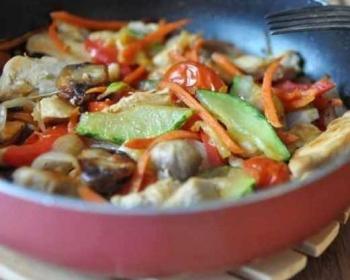 соте из курицы с овощами и грибами в сковороде