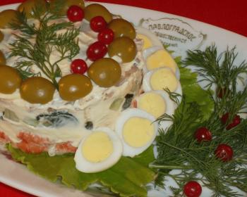 старинный оливье с раковыми шейками, грибами и перепелками, украшенный маслинами, клюквой, половинками вареных яиц и зеленью