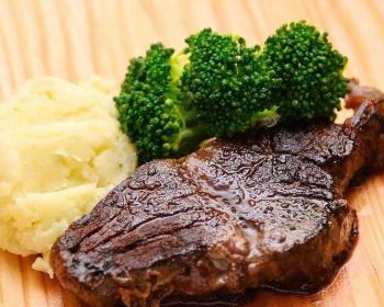 стейк из говядины, запеченный в духовке, с картофельным пюре и брокколи