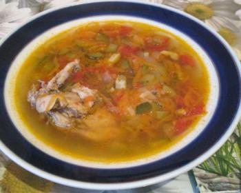 суп-солянка из рябчика в глубокой белой тарелке с синей каемочкой