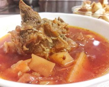 тарелка горячего свекольника с куском мяса