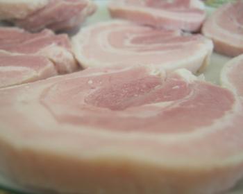 кусочки свиного рулета из брюшины