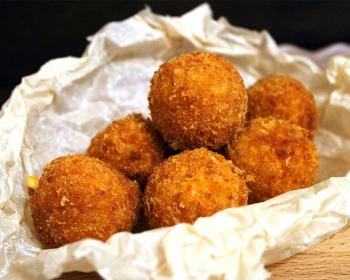 сырные шарики, приготовленные во фритюре, в бумажной салфетке на столе