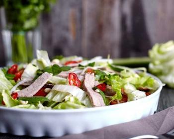 тайский салат с говядиной с зеленью и овощами