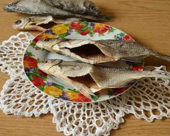 таранка или густера вяленая в тарелке и на столе