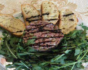 тартар из говядины с рукколой и гренками