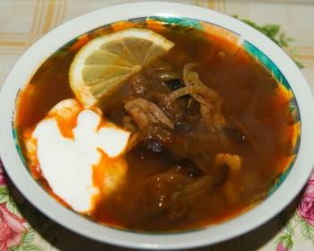 тарелка с татарской солянкой со сметаной и долькой лимона