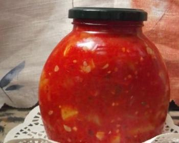 тещин язык из кусочков кабачков и томатов в трехлитровой закрытой бутыле на столе
