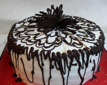 торт Царица Эстер на красном подносе, украшенный шоколадом