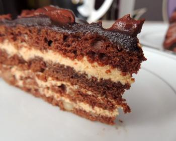 кусок торта черный принц со сметаной и шоколадом