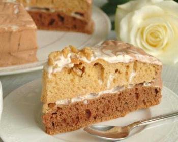 треугольный кусочек торта День и ночь на блюдце с чайной ложкой, на фоне белая роза и остаток торта