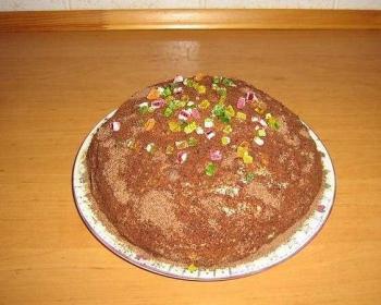 торт из печенья рыбки со сметаной и бананами, присыпанный тертым шоколадом