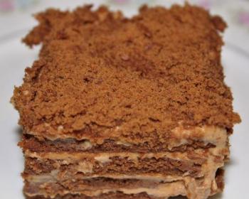кусочек торта из печенья со сгущенкой, приготовленного без выпечки, на белой поверхности