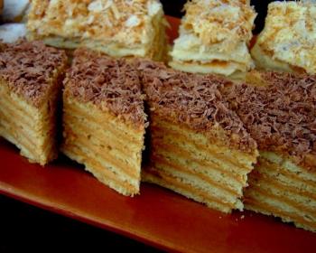кусочки торта микадо с кремом и шоколадом