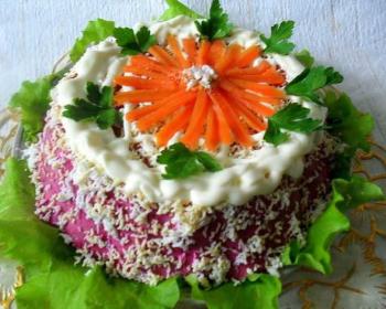 торт Селедка под шубой украшенный майонезом, зеленью и морковью