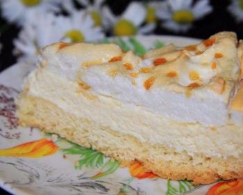 кусочек торта слезы ангела, смазанный кремом, на плоской тарелке на столе
