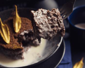 кусочек торта Три молока, наколотый на вилку