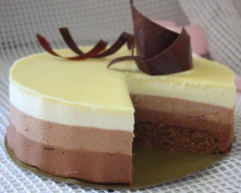 слоеный торт из трех шоколадных коржей на тарелке