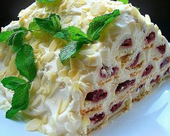торт с вишней, орехами и кремом на тарелке
