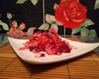 винегрет с фасолью и капустой в белой квадратной тарелке