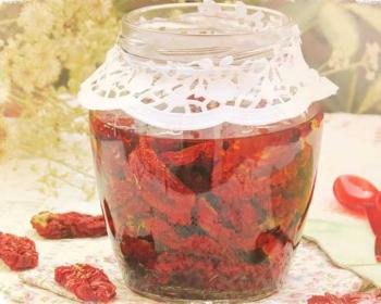 вяленые помидоры на зиму в открытой банке на столе