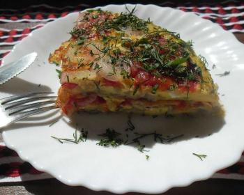 треугольный кусочек яичницы с овощами под названием мандирмак лежит в плоской белой тарелке на кухонном столе