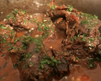тушеное в вине мясо зайца с подливой и зеленью