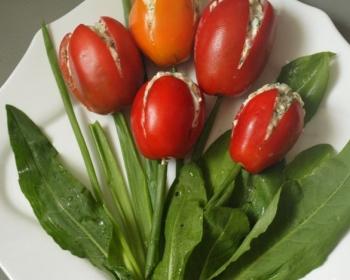 белая тарелочка с закуской в виде тюльпанов из помидоров